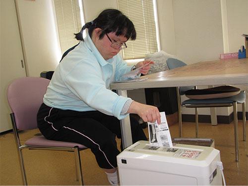 生活介護「シュレッダーを使い作業療法的な活動」